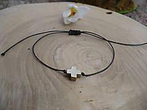 - jednoduchý šnúrkový náramok s Hematitovým krížikom - 9366035_