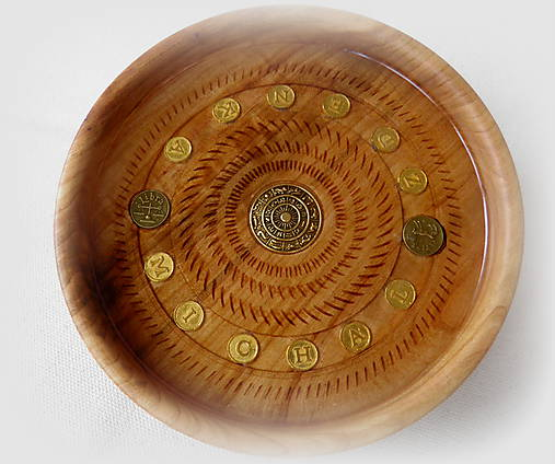 drevená miska so znamením...