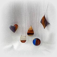Náhrdelníky - prívesok z dreva a živice... - 9371329_