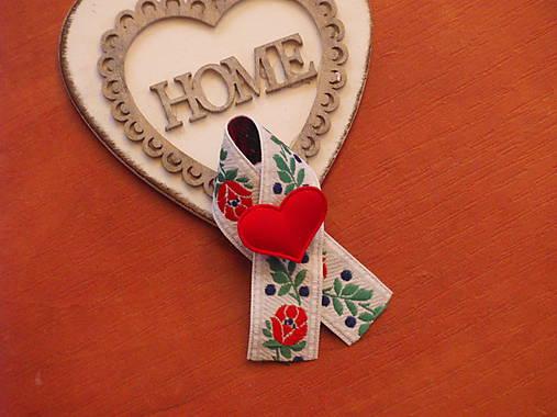 Č. 246 Folklórne pierka s červeným srdcom