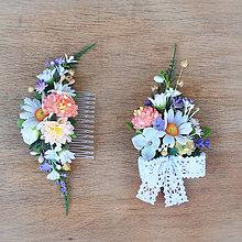 Ozdoby do vlasov - Súprava z lúčnych kvetov - hrebienok a pierko - 9379401_