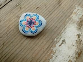 Dekorácie - Drobný modrý - Na kameni maľované - 9380089_