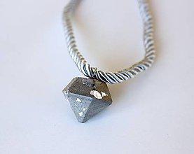 Náhrdelníky - Betónový diamant na lanku - 9381897_