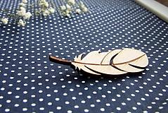 Pierka - Drevený odznak pierko (aj svadobné) - 9382333_
