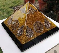 Dekorácie - Výpredaj - Zlatá orgonitová pyramída s fluoritom, ametystami, horským kryštálom keltskými špirálami - 9385554_