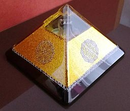 Dekorácie - Zlatá orgonitová pyramída s čírou špičkou, fluoritovým anjelom, ametystami, horským kryštálom keltskými špirálami - 9385560_