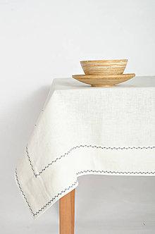 Úžitkový textil - Praný biely ľan so širokým štepom prešitý modrou výšivkou - 9385547_