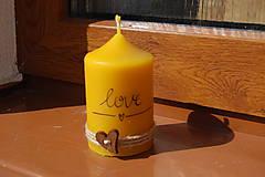 Svietidlá a sviečky - Sviečka so špagátikom, srdiečkom a textom - 9390076_