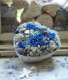 Dekorácie - modré ruže v bielom košíku ♡ - 9390502_