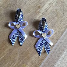 Pierka - folklórne pierka modro-biele s dreveným srdiečkom - 9392213_
