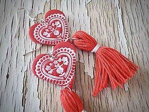 Náušnice - FOLKLÓRNE srdcia so strapcom-červené - 9393918_