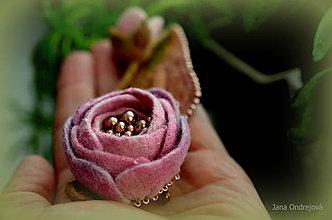Odznaky/Brošne - Hodvábno vlnená brošňa jemne ružová - 9397881_