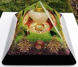 Dekorácie - Orgonitová pyramída JING JANG s fluorescenčným podsvietením pod ruženínovým srdcom, fluoritmi, horským kryštálom, keltskými špirálami a filigránmi - 9404050_