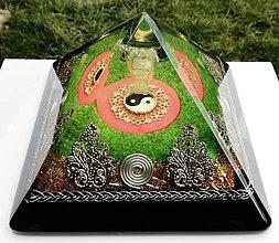 Dekorácie - Orgonitová pyramída JING JANG s fluorescenčným podsvietením pod  anjelom z kryštálu, ruženínmi, horským kryštálom, keltskými špiralámi a filigránmi - 9404075_