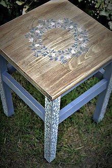 Nábytok - Drevený stolík s ornamentovými nohami - 9402518_