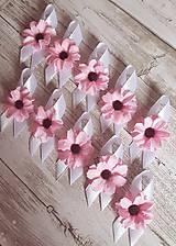 svadobné pierka s ružovým kvietkom
