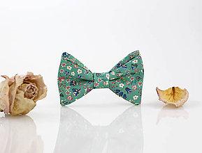 Doplnky - Elegantný motýlik zelenej farby s kvetinami - 9415659_