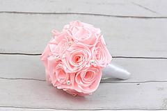 Saténová kytica svadobná bledoružová ruže s perlami + pierko