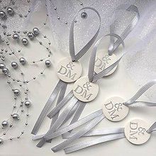 Darčeky pre svadobčanov - Medajlón na fľaše s iniciálami - strieborný - 9416866_
