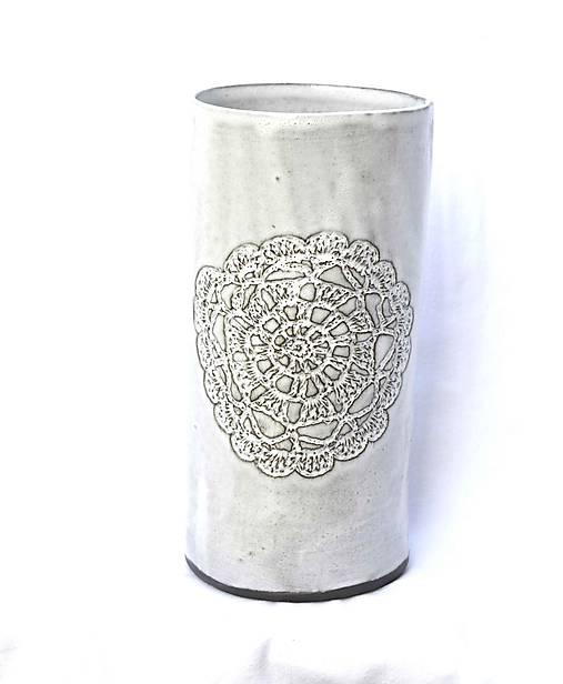 Keramická čipkovaná vysoká váza