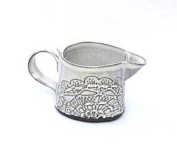 Nádoby - Čipokovaný keramický mliečnik - 9420182_