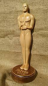 Vyrezávaná drevená cena Oskara