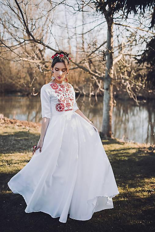 Saténové vyšívané šaty Slavianka
