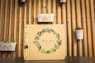 Papiernictvo - Fotoalbum klasický, papierový obal so štruktúrou plátna a ľubovoľnou potlačou (Fotoalbum klasický, papierový obal so štruktúrou plátna a  potlačou zeleného venčeka s motýlikmi) - 9424786_