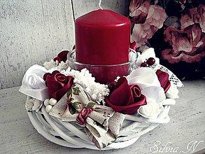 Svietidlá a sviečky - Dekorácia v bordovej ferbe :) Ruže zo stúh :) - 9424159_