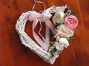 Dekorácie - Srdce s pivonkami s mašlou 33cm - 9422247_