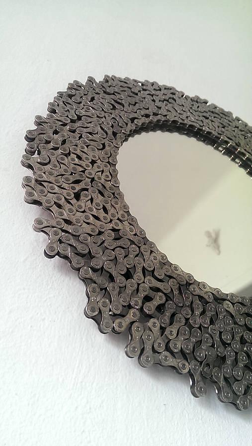 Okrúhle striebristé zrkadielko z bicyklovej reťaze