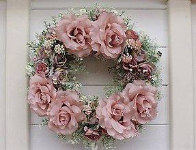 Dekorácie - Jarný veniec s ružami - 9430154_