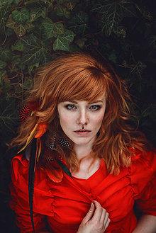 Ozdoby do vlasov - Romantický divoký červený hair clip s perím - 9432687_