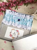 Luxusný svadobný podväzok s modrou brošňou