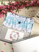 Bielizeň/Plavky - Luxusný svadobný podväzok s modrou brošňou - 9430266_