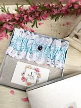 Bielizeň/Plavky - Luxusný svadobný podväzok s modrou brošňou - 9430267_