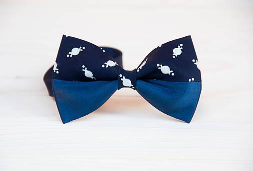 Modrotlačový motýlik s modrým saténom