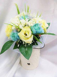 Dekorácie - Kytica z mentolových a béžových ruží so strieborným motýľom - 9437886_