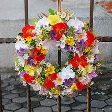 Dekorácie - Veniec na dvere z lúčnych kvetov - 9442269_