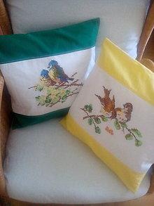 Úžitkový textil - jarné vankúše s vyšívanými vtáčikmi - 9441528_
