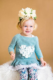 Detské oblečenie - Háčkovaný svetrík srdiečkový s volánikom - 9442397_
