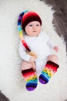 Detské čiapky - Dúhová farebná škriatkovská čiapka s brmbolcom - 9442473_