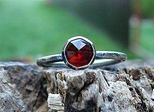 Prstene - Strieborný Prsteň s Granátom - 9444441_