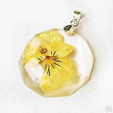 Náhrdelníky - Kruhový prívesok zo živice so žltou sirôtkou - striebro 925 - 9446555_
