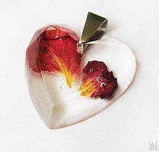 Náhrdelníky - Srdiečkový prívesok zo živice s lupeňmi ruží - chirurgická oceľ - 9446744_
