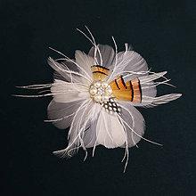 Ozdoby do vlasov - Okrúhla sivo-biela sponka z pierok - 9447409_