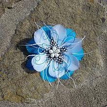 Ozdoby do vlasov - Okrúhla modro-biela sponka z pierok - 9447433_