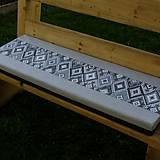 Úžitkový textil - Indiánsky vzor šedý - podsedák do záhrady 105x34 - 9447020_
