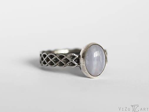 Strieborný prsteň s chalcedónom - Celtic Voice