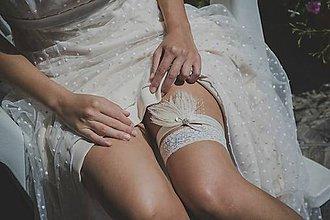 Bielizeň/Plavky - Svadobný podväzok s perím a štrasom ivory - 9448620_